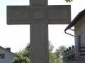 betonowy krzyz w centrum cmentarza.JPG